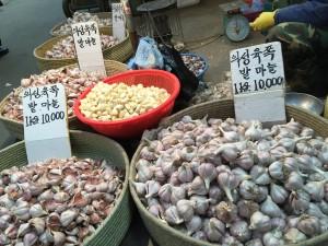 韓国の市場のにんにく